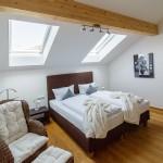 Schlafzimmer-1-ferienwohnungen-bergwelt-lechner-farchant-vor-der-zugspitze