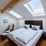 Schlafzimmer-2-ferienwohnungen-bergwelt-lechner-farchant-vor-der-zugspitze