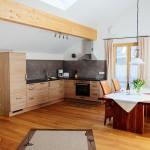 Wohnzimmer-3-ferienwohnungen-bergwelt-lechner-farchant-vor-der-zugspitze