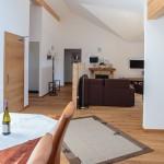Wohnzimmer-4-ferienwohnungen-bergwelt-lechner-farchant-vor-der-zugspitze