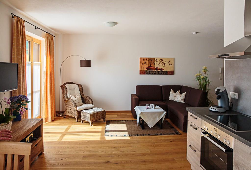 Wohnzimmer-5-ferienwohnungen-bergwelt-lechner-farchant-vor-der-zugspitze