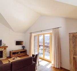 Wohnzimmer-Balkon-Kamin-Haus Bergwelt Lechner-Farchant-vor-der-Zugspitze