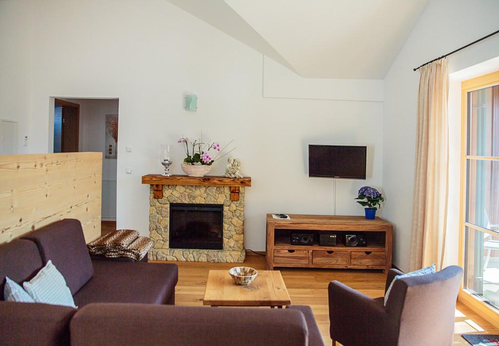Wohnzimmer-Kamin-ferienwohnungen-bergwelt-lechner-farchant-vor-der-zugspitze